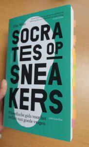 Socrates op sneakers van Elke Wiss.